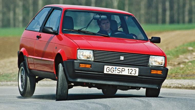 Ha onnan nézzük, hogy a formát Giorgetto Giugiaro tervezte, a motorján pedig ott virít a Porsche System felirat, akkor az 1984-es Párizsi Autószalonon bemutatott SEAT Ibiza meglehetősen kívánatos kisautónak tűnik