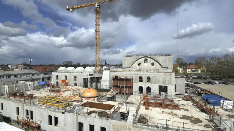 Gigantikus mecsetekkel, pusztuló templomokkal indul a kampány Franciaországban