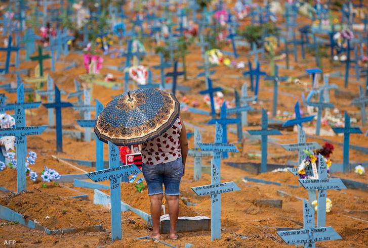 Egy nő május 9-én, a brazíliai Manus városának temetőjében, amelyet különösen súlyosan érintett a járvány.