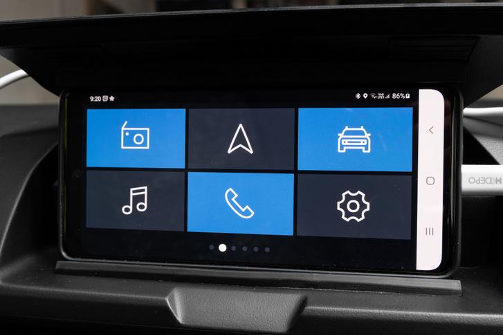 A fő képernyő: rádió, navi, az autó cuccai (fogyasztás, aco-pontok), médialejátszó, a telefon funkciók és a beállítások