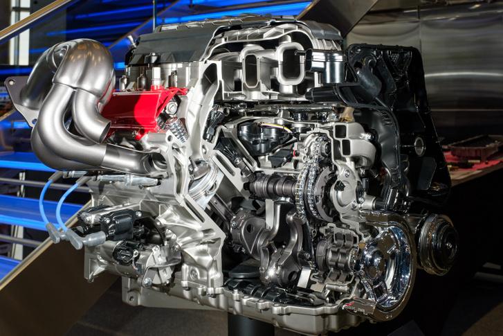 Teljesen hagyományos felépítésű a Corvette C8-as LT2-es motorja. A főtengely térforgattyús, a vezérlés nyomórudas, hengerenként pedig csak két szelep nyit-zár
