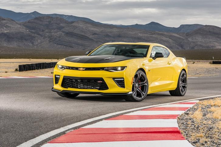 Igazi gurgulázós amerikai V8-as hangot ad ki magából a Chevy Camaro régivágású V8-asa