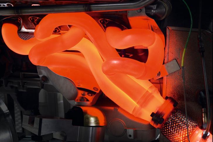 Kibogozhatatlannak látszó, egymásba tekeredő csőkígyót alkot az E92-es BMW M3-as V8-as motorjának leömlőcsöve