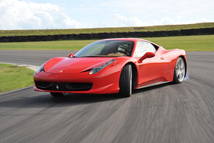 Egészen máshogy szól a Ferrari V8-asa, mint az amerikai sportautóké. A legfőbb ok a síkforgattyús főtengely