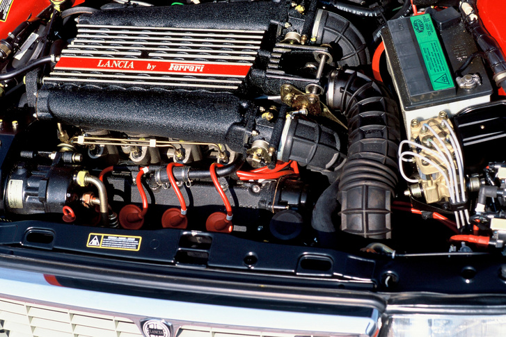Ugyan a Ferrari adta a V8-as motort a Lancia Thema 8.32-eshez, de a síkforgattyús főtengelyt térforgattyúsra cserélte előbb