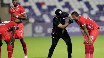 Fuldokoltak a játékosok a könnygáztól, félbe kellett szakítani a meccset – videó