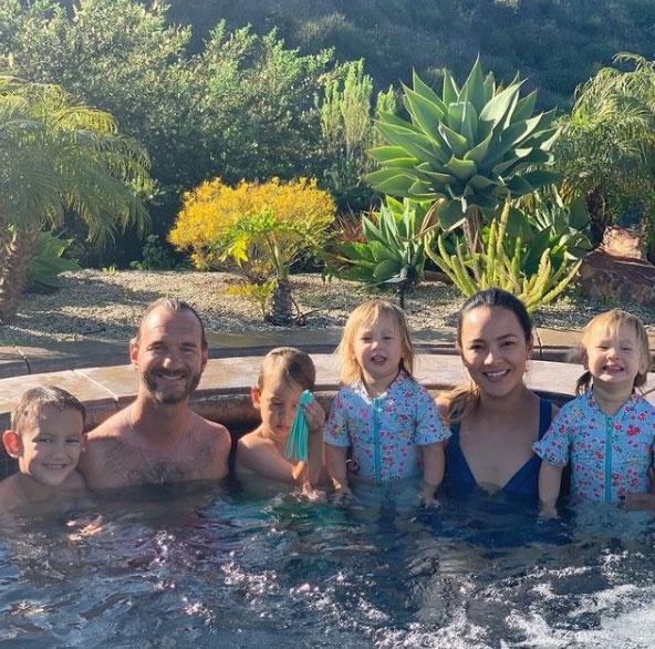 Nick Vujicic négy tündéri gyermeket nevel feleségével, Kanaéval.