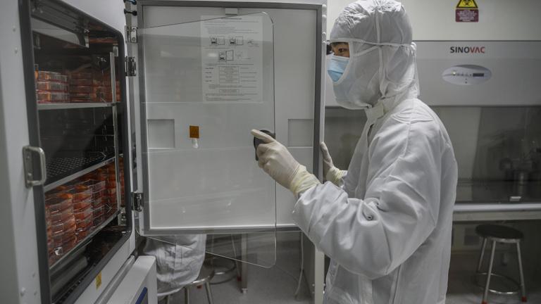 A kínai kutató szerint a mutánsok ellen is védenek a kínai vakcinák