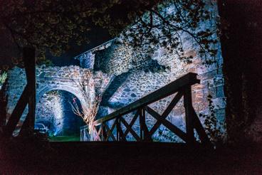A várárok fölötti hídon átsétálva egészen misztikus látvány fogadott minden túrázót.
