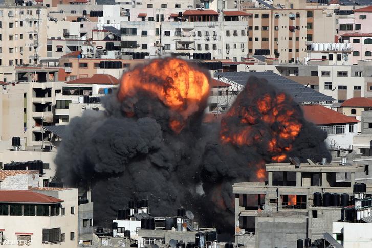 Lángok csapnak fel egy izraeli légi csapás után a Gázai övezetben 2021. május 14-én