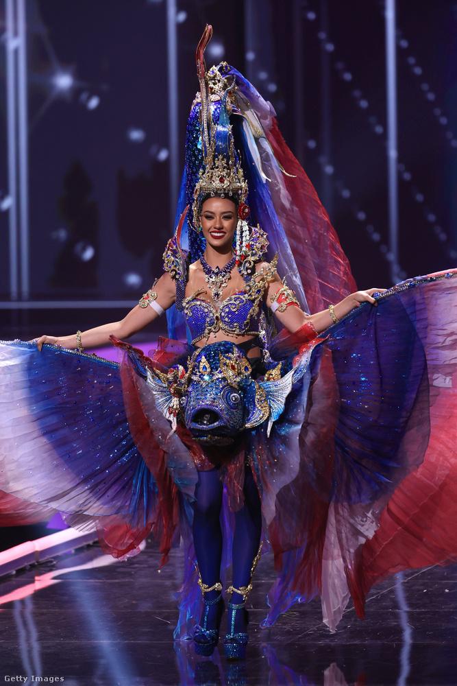 Amanda Obdam Thaiföld szülötte, jelmeze pedig különösen látványos.
