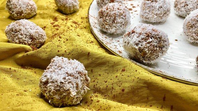 Almás zabpehelygolyók liszt és cukor mentesen