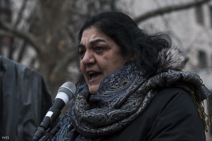 Daróczi Ágnes roma polgárjogi aktivista beszédet mond a tatárszentgyörgyi gyilkosság kilencedik évfordulóján tartott megemlékezésen 2018. február 23-án