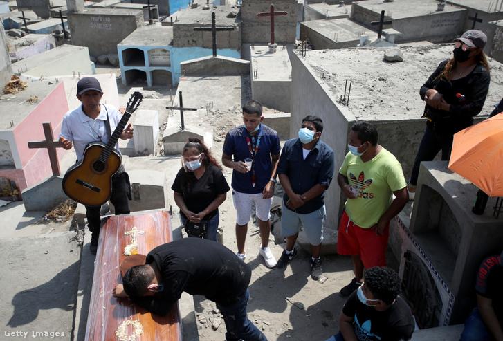 A koronavírusban 77 évesen meghalt Belisario Sanchez temetése a perui Limában 2021. április 17-én