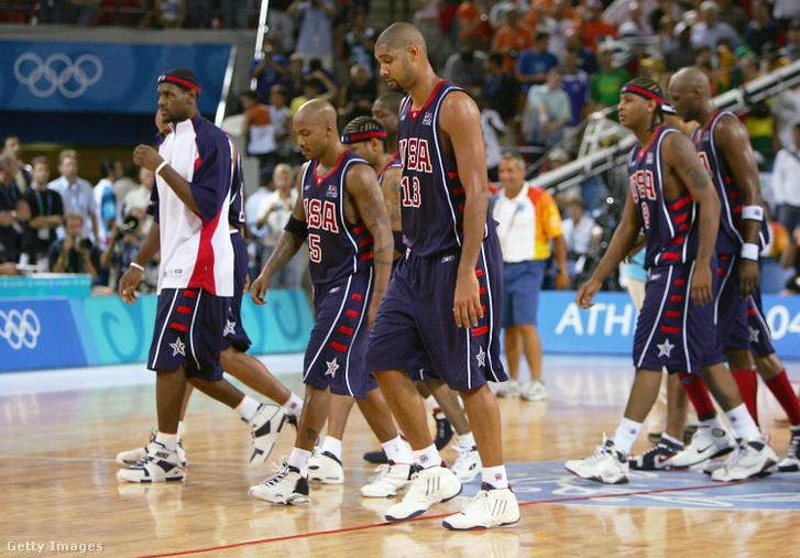 Az Egyesült Államok csapata a mérkőzés végén levonul a pályáról 2004. augusztus 21-én az athéni nyári olimpiai játékok során
