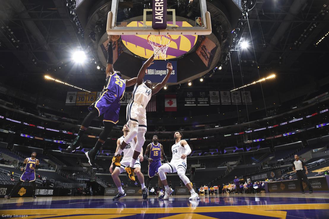 A Los Angeles Lakers játékosa, LeBron James kosárba dob 2021. február 12-én a kaliforniai Staples Centerben