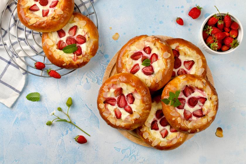 Túrós-epres ökörszem süti kelt tésztából: ezt nem lehet megunni