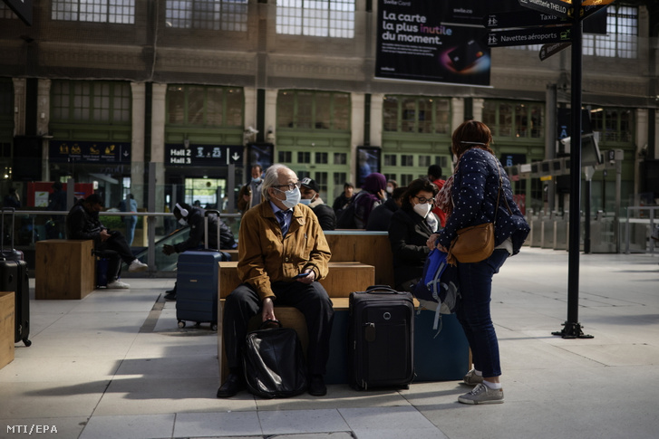 Párizs, 2021. május 3. Utasok a párizsi Lyoni pályaudvaron 2021. május 3-án. Ezen a napon a francia kormány megkezdte a koronavírus-járvány miatt elrendelt egyes korlátozások enyhítését, így megszűnik többek között a belföldi utazások eddigi 10 kilométernél nagyobb távolságra vonatkozó tilalma. Fotó: Yoan Valat / MTI / EPA