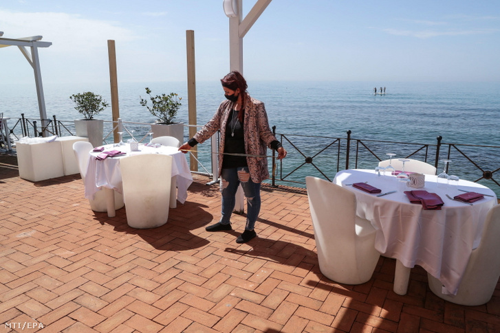 A május 15-i nyitásra készítenek elő egy tengerparti strandot a Róma melletti Ostiában 2021. április 30-án. Olaszország nagy részén fokozatosan enyhítenek a koronavírus-járvány miatt bevezetett korlátozásokon. Fotó: Emanuele Valeri / MTI / EPA