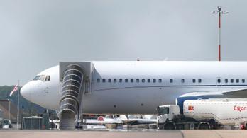 Kitört a tömegverekedés az angliai reptéren