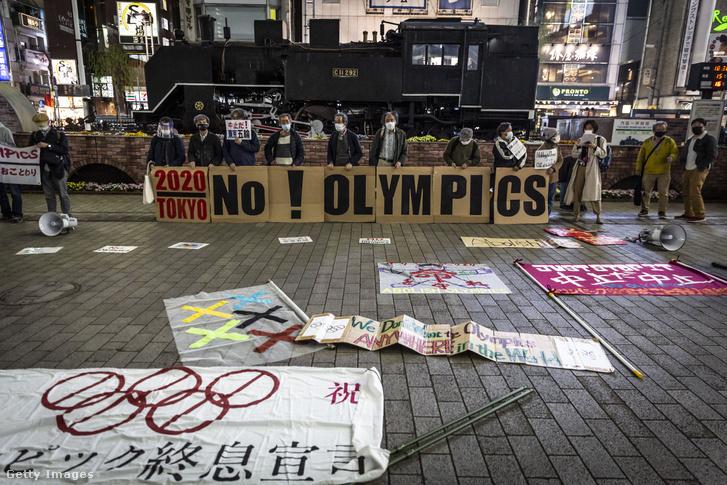 A tokiói olimpia megrendezése ellen tüntető emberek 2021. március 25-én Tokióban