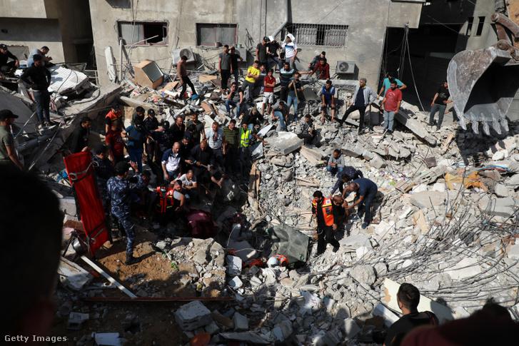 A harcokban az izraeliek is rakétáznak, nem csak a palesztinok. Gázában becsapódott lövedék nyomai