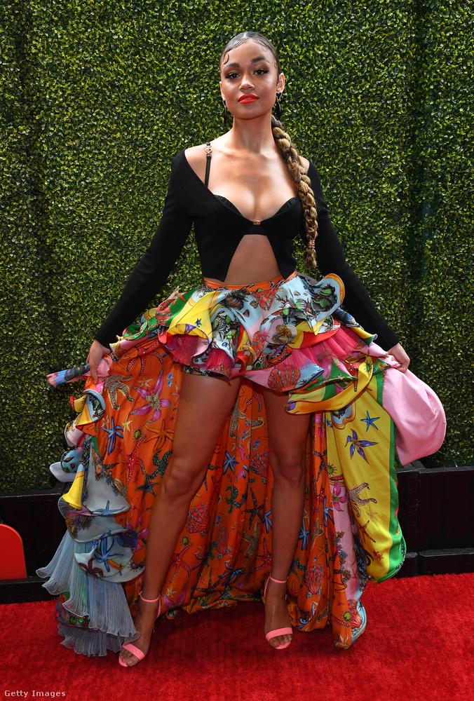 Madison Bailey színésznő egy Versace-tervezésű valamiben érkezett: oldalról, hátulról biztosan érvényesült rajta valami, de eleje nem nagyon volt.