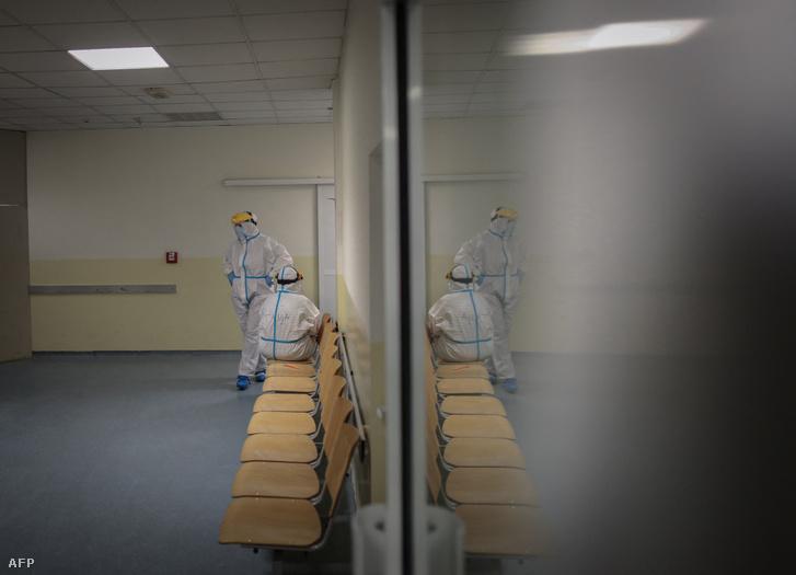 Egészségügyi dolgozók Belgrádban, Szerbiában 2021. március 26-án