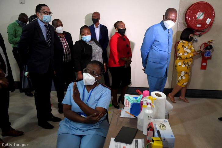 Zweli Mkhize egészségügyi miniszter látogatást tesz egy oltóponton 2021. április 8-án Johannesburgban