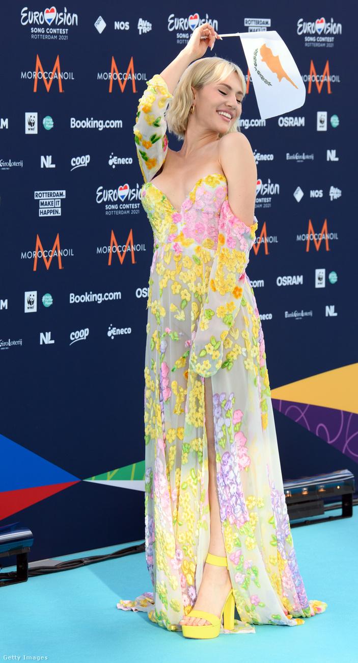 Elena Cagrinou ciprusi, és ő egy rózsaszín-citromsárga szettel próbál egy kis napfényt csempészni ebbe az egyelőre eléggé borongós májusba.