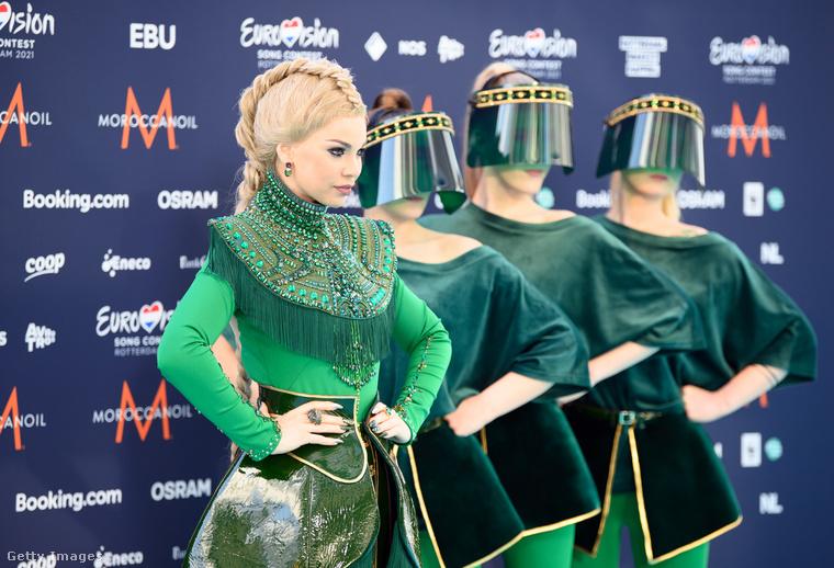 A képen látható Samantha Tina nem Smaragdvárosból, hanem Lettországból érkezett Rotterdamba, őt háromszemélyes biodíszlet támogatja, akiken talán azért van arcpajzs, mert még nem oltották be őket.