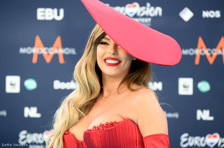 Az énekesnő, akinek az előző fotón olyan gondosan igazgatták a ruháját, az albán Anxhela Peristeri