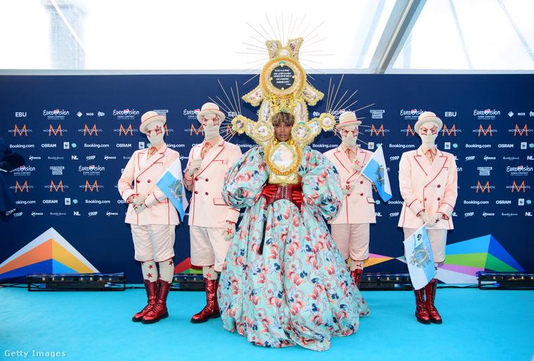 A diszkrét fejdísszel rendelkező hölgy neve Senhit, őt San Marino küldte versenybe négy háttérszeméllyel együtt.
