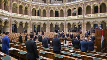 Kemény csörtékkel indult ma a parlament