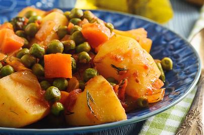 Tartalmas ragu zsenge zöldborsóval és krumplival: görög recept alapján
