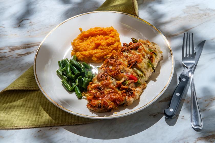 Zöldségekkel töltött Hasselback-csirke: a sok sajt ropogósra sül a tetején