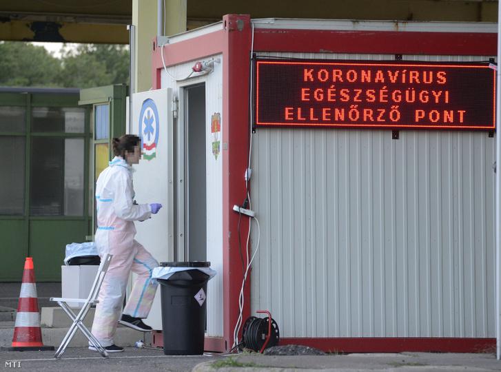 A koronavírus-járvány miatt felállított egészségügyi ellenőrzőpont a magyar–osztrák határon 2020. március 20-án