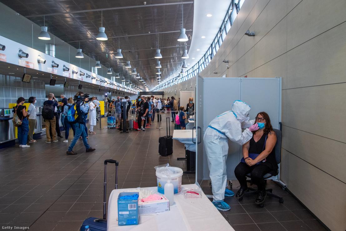 Tesztelik az utasokat egy olasz repülőtéren 2020. augusztus 17-én