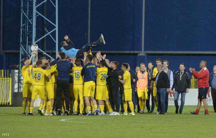 A Gyirmót játékosai edzőjüket, Csertői Aurélt emelik a magasba a labdarúgó Merkantil Bank Liga 38., utolsó fordulójában