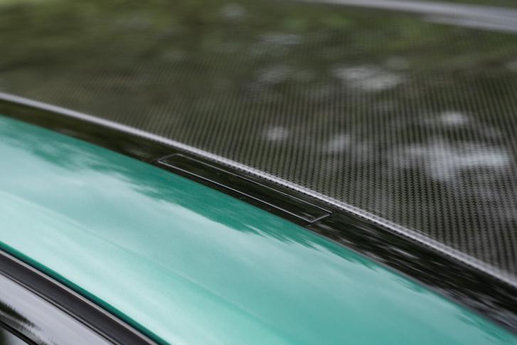 Széria a karbonszállal erősített tető, ehelyett felár nélkül választható az acél, tetőablakkal. Újdonság, hogy már a karbonra is lehet tetőcsomagtartót rakni!