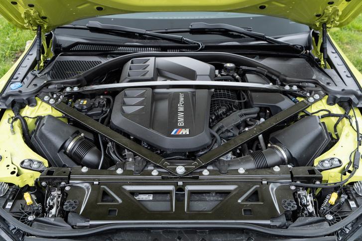 Az elődmodellbe karbonszálas műanyagból szobrászkodtak merevítést, ez viszont egyszerű zártszelvényeket kap, és több takarást a motorra