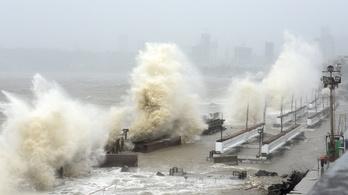 Eltűnt több mint 120 ember, miután ciklon felborított egy hajót Indiában