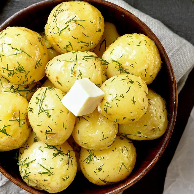 Újkrumpliból készül a legfinomabb köret: fűszeres vajjal van egybeforgatva