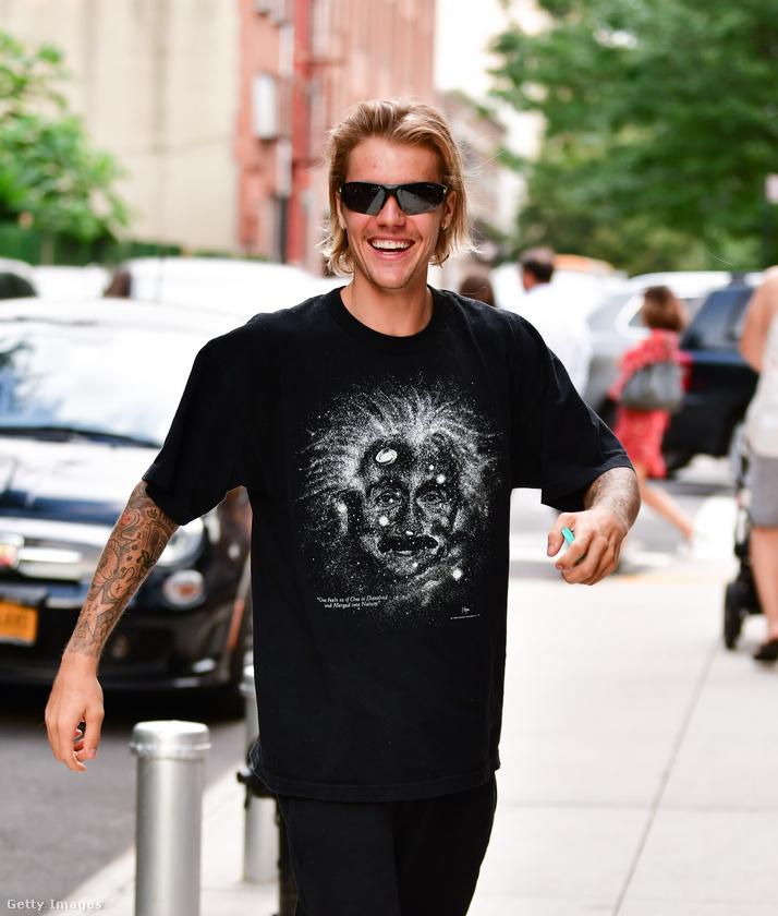 Justin Bieber 2015-ben jött zavarba a műsorvezetőnél, amikor a beszélgetés részeként a Bora Borán készült pucér fotóját kezdték mutogatni a nézőknek