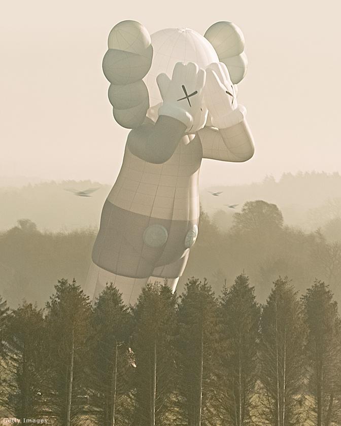 A kesztyűs kézen például egyértelműen fel lehet fedezni általában a Disney, a füleken és a nadrágon pedig konkrétan Miki egér hatását, de KAWS inspirációi között van a Michelin-emberke, a Hupikék törpikék, Snoopy és Spongyabob is.