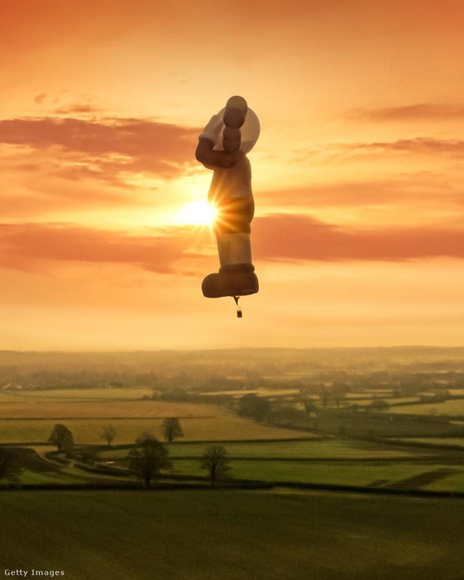 Itt a Velveten az Európa blogban egyébként rendszeresen mutatunk képeket hasonlóan látványos művészeti projektekről: érdemes végigkattintani ezt a lapozgatót a liverpooli fényfolyó-ösvényről, vagy ezt a lapozgatót Coventry angyalából, ami egészen különleges alapanyagból készült