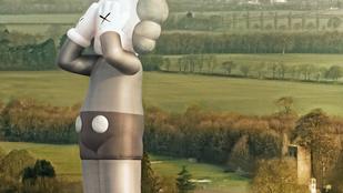 42 méter magas, kesergő, mutáns Miki egér lebegett el egy angliai kastély fölött