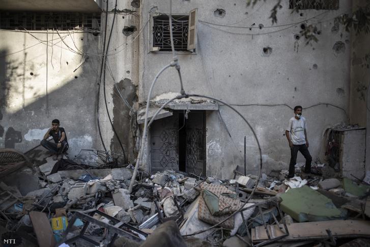 Izraeli légi csapásban megrongálódott lakóépület maradványai Gázában 2021. május 15-én