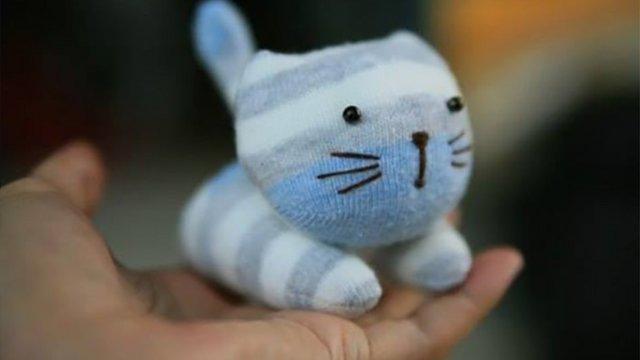 Aranyos, puha kiscica kinőtt gyerekzokniból