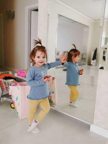 Már nem karon ülő, Lilien két és fél évesen tündéri totyogóként pózol apukája fotójához.